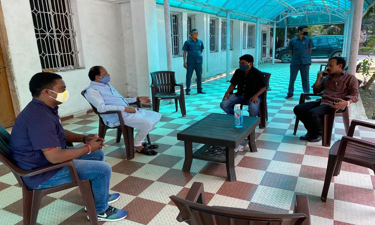 झारखंड के पूर्व सीएम रघुवर दास ने शिक्षा मंत्री जगरनाथ महतो के परिजनों से की मुलाकात, जानें क्यों...