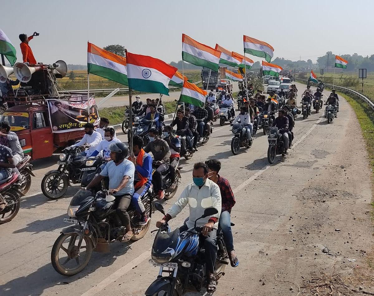 शहीद अभिषेक के सम्मान में निकली बाइक रैली