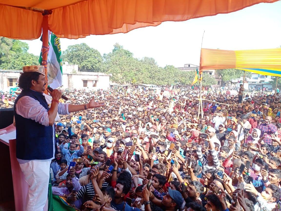 Bihar Chunav 2020: भीड़ देख रैली में भोजपुरी गाना गाने लगे रविकिशन, लोगों का आया ऐसा रिएक्शन, देखें वीडियो