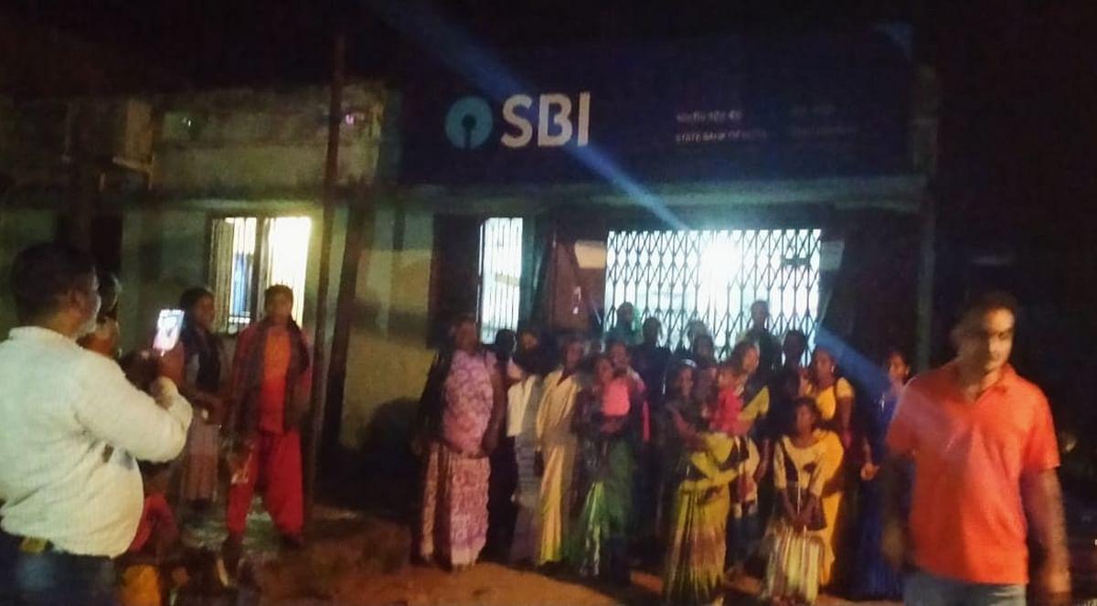 SBI के कर्मचारियों को महिलाओं ने बनाया बंधक, बैंक में जड़ा ताला, देर शाम पहुंची पुलिस...