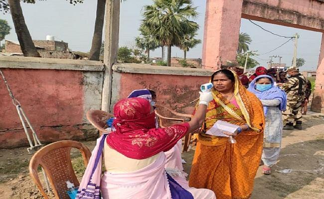 बिहार चुनाव: कोरोना खतरे से रहीं सजग, लेकिन लोकतंत्र की मजबूती के लिए घूंघट डालकर भी घरों से निकलीं महिला मतदाता