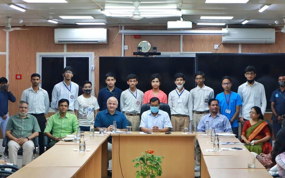 आईआईटी में प्रवेश पाने वाले दिल्ली के सरकारी स्कूल के विद्यार्थी 'रोल मॉडल' : केजरीवाल