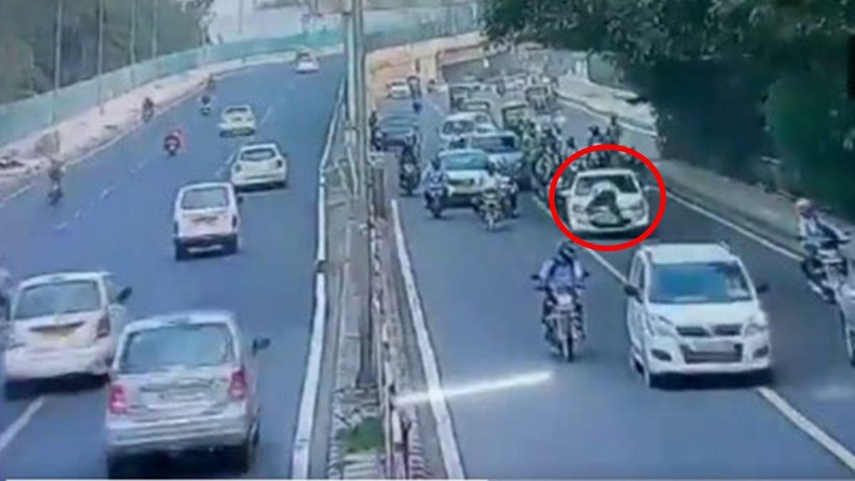 Delhi: गाड़ी का कागज मांगा तो चालक ने ट्रैफिक जवान को सड़क पर घसीटा, देखें VIDEO