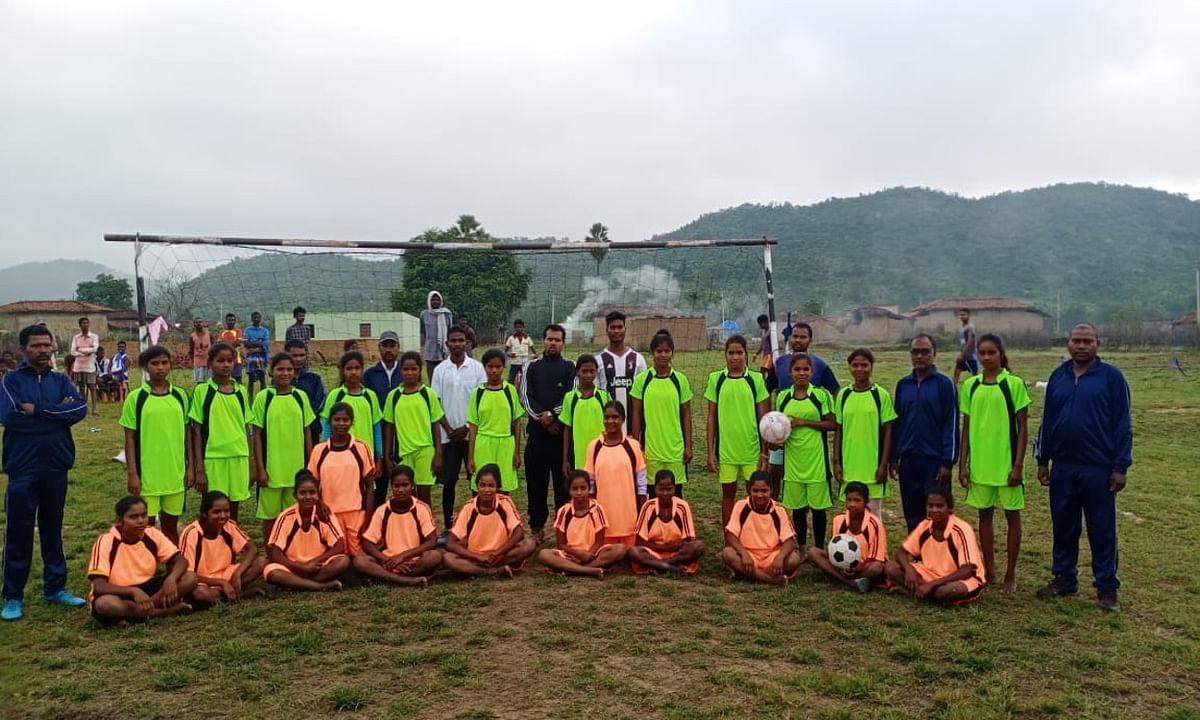 पहाड़ी तलहटी में बसे गांव में दिखी महिला फुटबॉलर की प्रतिभा, ग्रामीण कर रहे हैं प्रोत्साहित