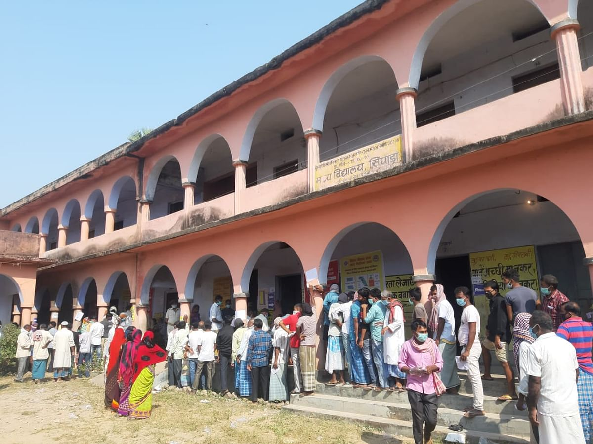 Bihar Election First Phase Voting LIVE Updates: पहले चरण के शुरुआती 3 घंटे में 7.35 फीसदी वोटिंग, कोरोना काल में मतदाता दिखा रहे उत्साह