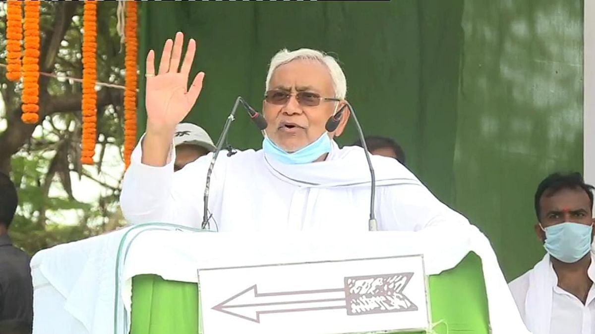 Bihar Election 2020: जहां से चुनाव लड़ रहे तेजप्रताप वहां CM नीतीश ने फिर उठाया ऐश्वर्या का मुद्दा, बोले-  दारोगा राय की पोती के साथ क्या हुआ ये सब जानते हैं