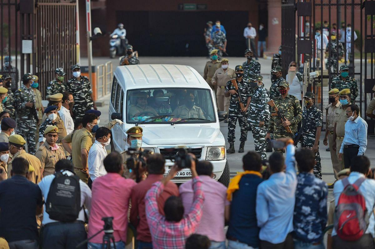 Hathras Gangrape Case: पीड़िता के माता-पिता की बिगड़ी तबियत, अस्पताल जाने से किया इनकार, बातचीत करने पहुंचे सीएमओ