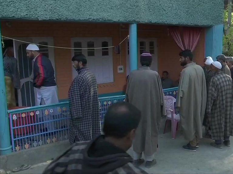 Jammu Kashmir: आतंकी हमले में मारे गये भाजपा नेता की अंतिम यात्रा में उमड़ी भीड़, बोले नकवी- कम नहीं होगा राष्ट्रवाद का जुनून