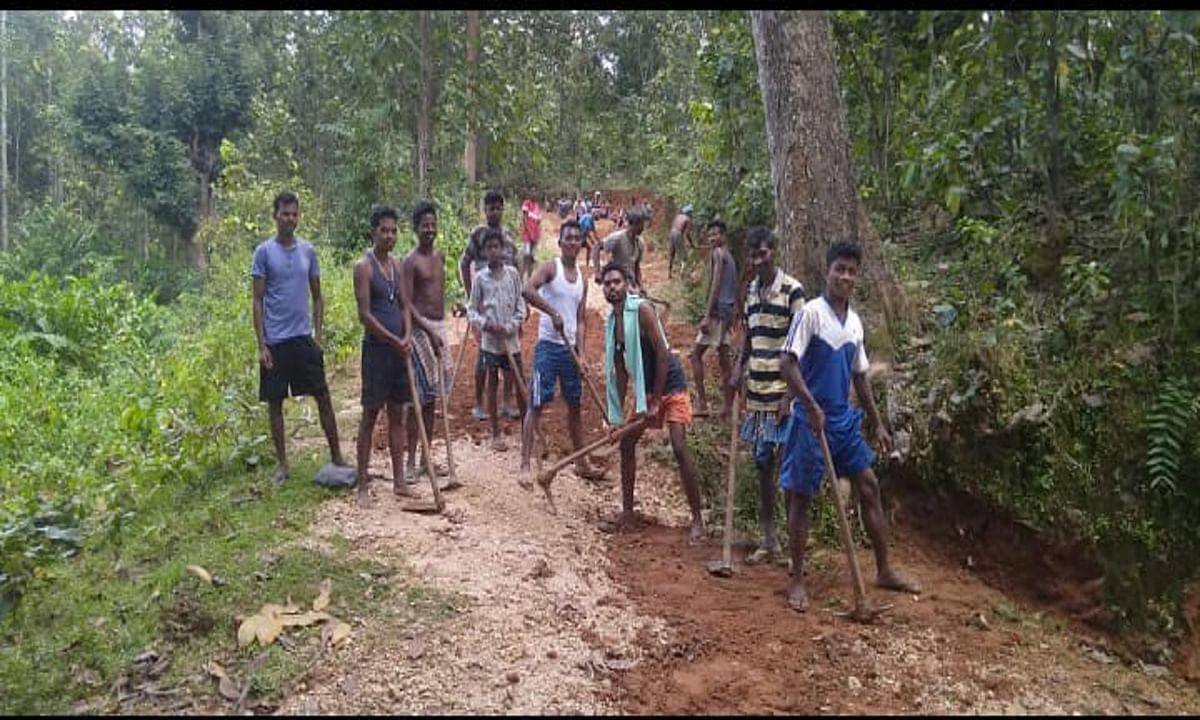नक्सलियों ने रोका काम, तो गोईनधारा के ग्रामीणों ने श्रमदान से 3 किमी सड़क मरम्मत की