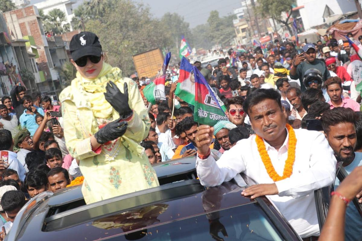 Bihar Chunav 2020: पुलिस ने बीच में ही रूकवाया बॉलीवुड अभिनेत्री का रोड शो, चिराग की पार्टी का कर रही थीं प्रचार