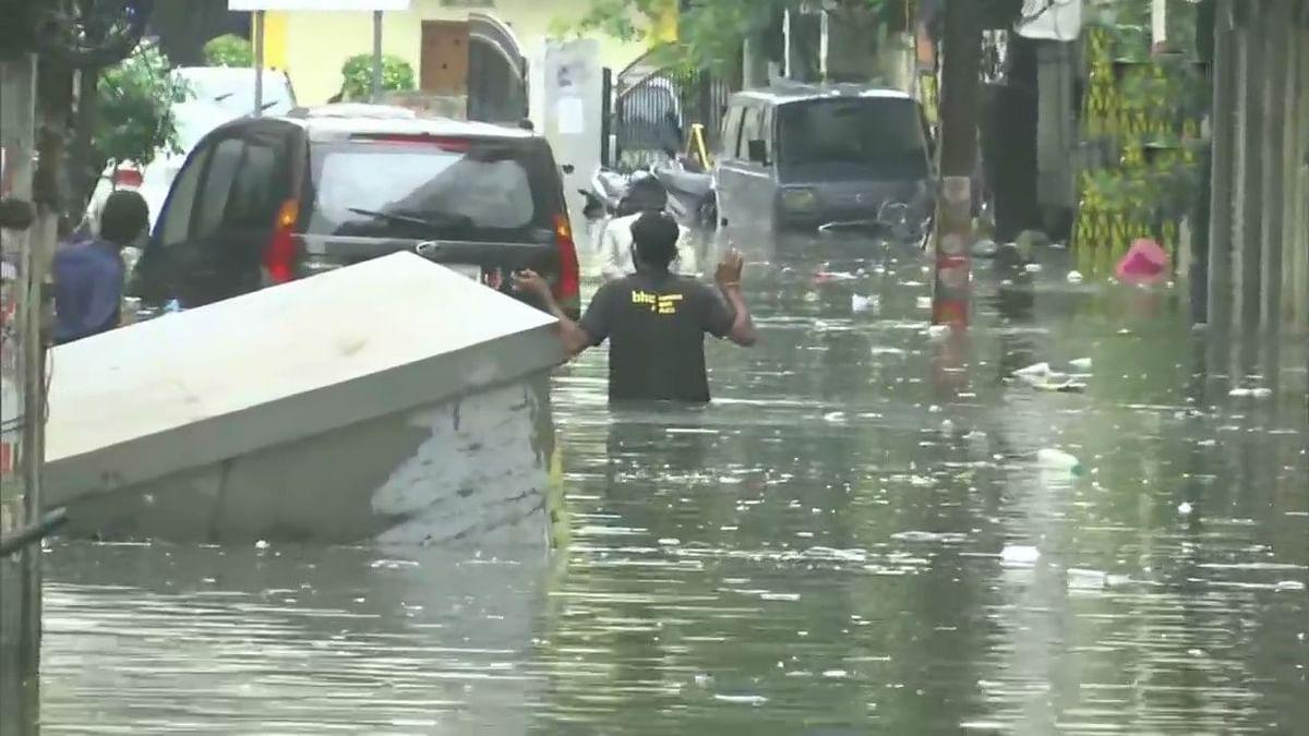 Weather News : हैदराबाद में पिछले 20 साल से नहीं हुई थी इतनी बारिश, लोगों की घर में रहने की सलाह, पानी में बहती हुई कार पर चढ़ी कार