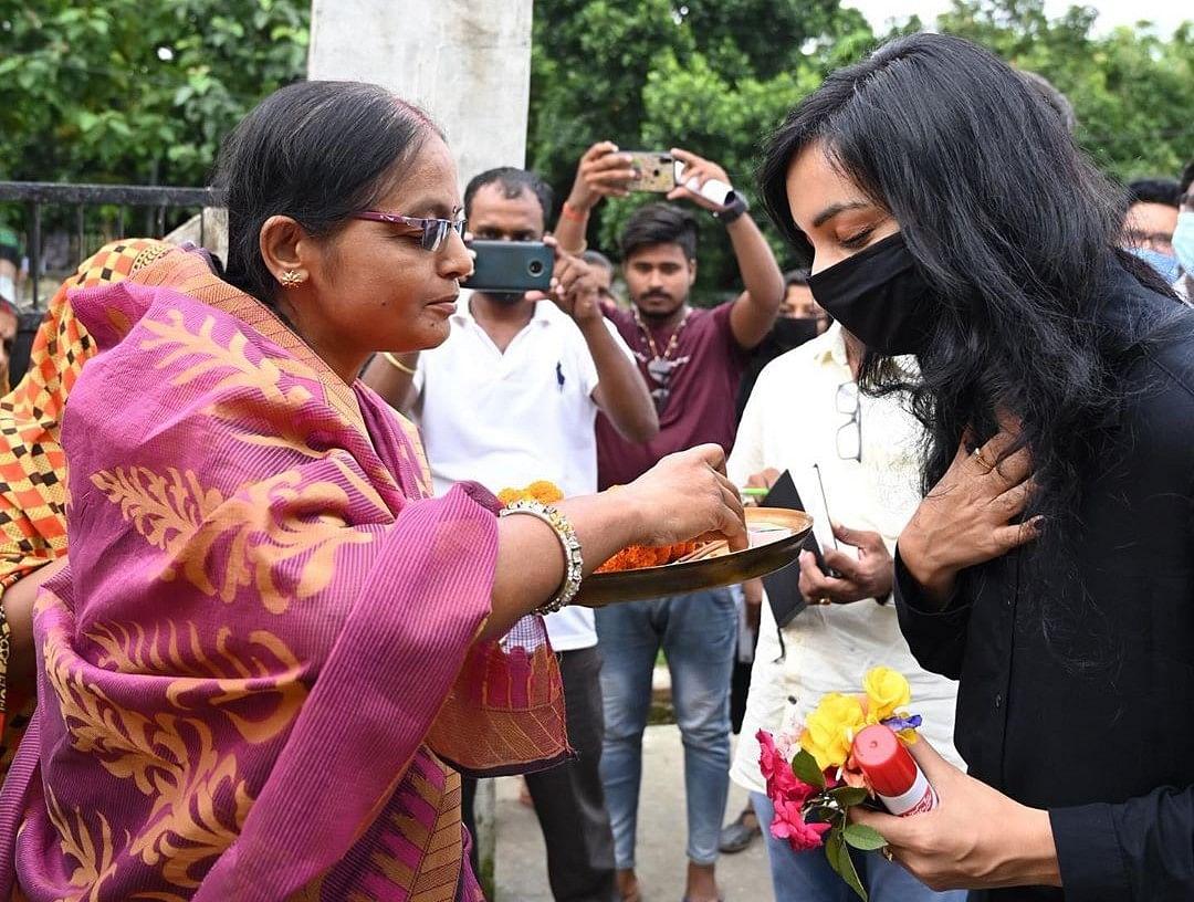 Bihar Vidhan Sabha Chunav 2020: लंदन रिटर्न पुष्पम प्रिया ने बिहार चुनाव के लिए पकड़ा मिथिला स्टाइल, घर-घर ले रहीं खोंयछा