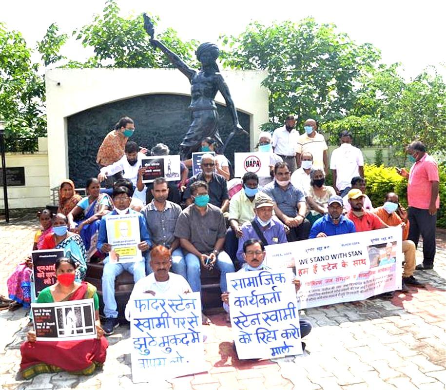 फादर स्टेन स्वामी की गिरफ्तारी के खिलाफ कोलकाता में रैली