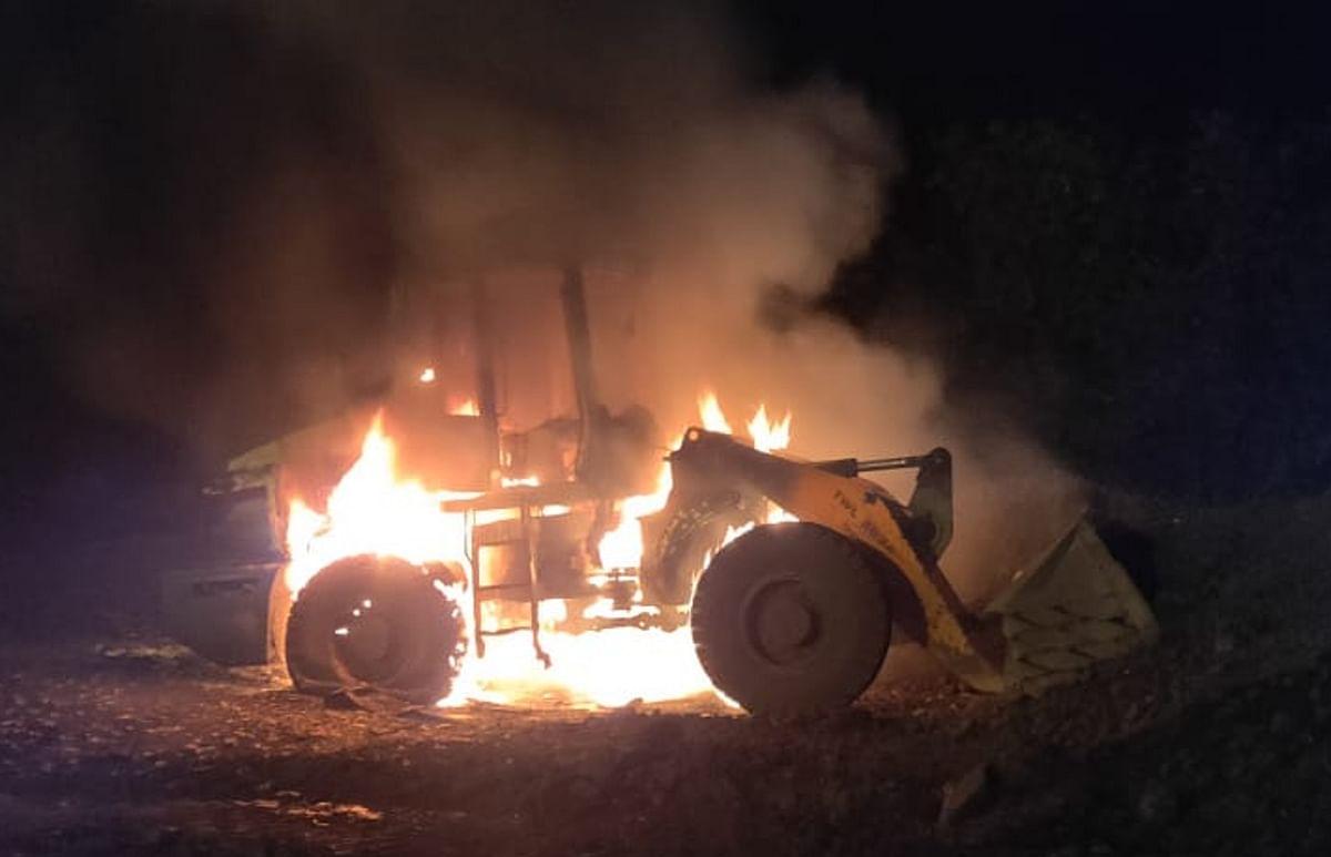 लोडर को भी किया आग के हवाले.