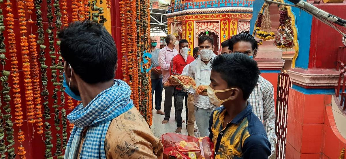 Durga Ashtami 2020: मास्क के बगैर किसी को मंदिर में प्रवेश की अनुमति नहीं दी गयी.