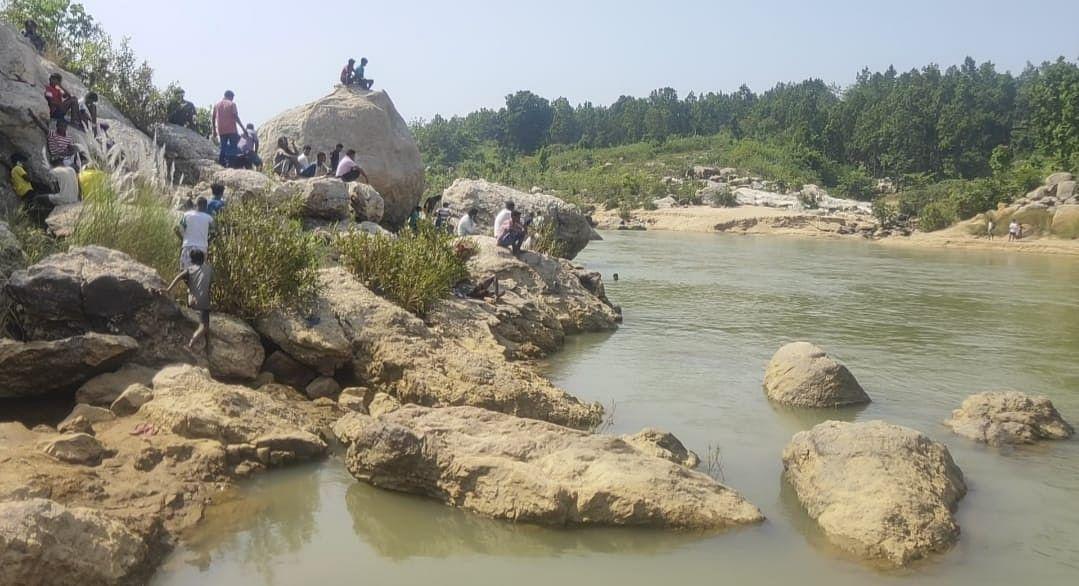 झारखंड के बाघमुंडा जलप्रपात में पिकनिक मना रहे रांची के तीन बच्चे नदी में बहे, दो की मौत, एक की खोजबीन जारी
