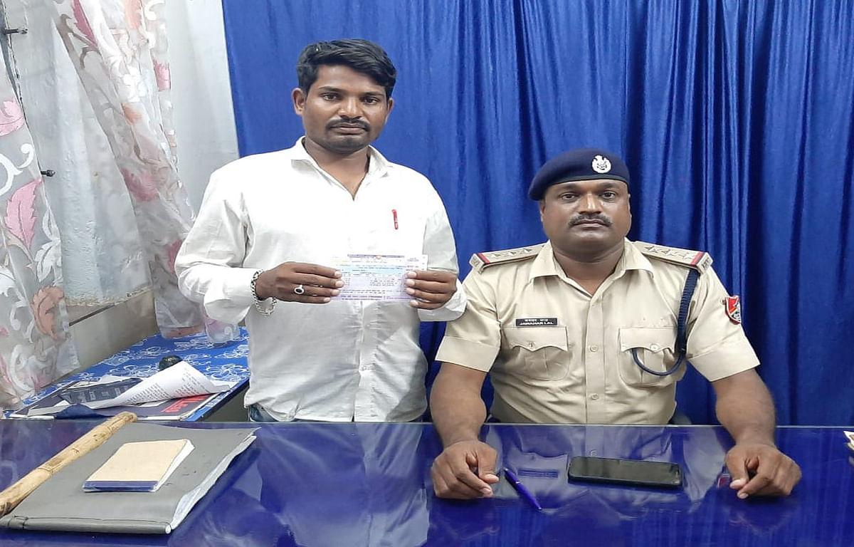 कोडरमा में रेल टिकट की दलाली में एक आरोपी गिरफ्तार, दूसरा फरार