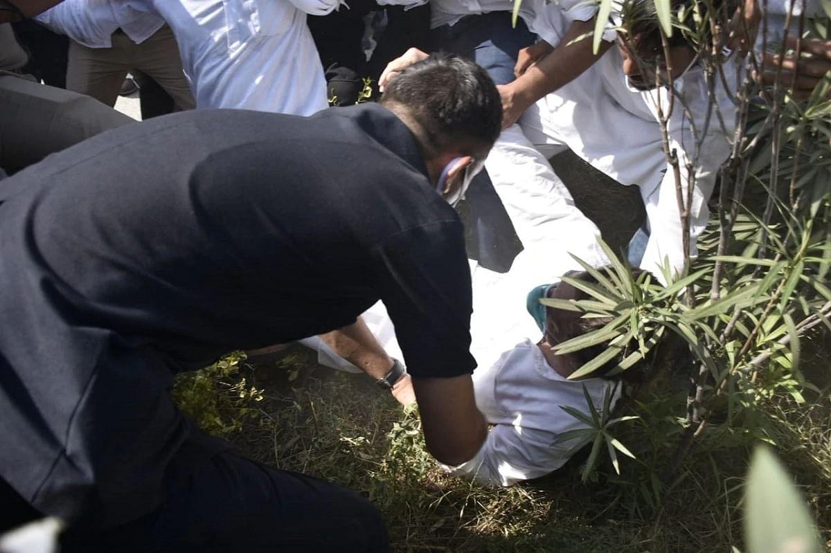हाथरस पैदल निकले राहुल गांधी पुलिस हाथापाई में गिरे या गिराए गए? तस्वीरों से जानिए