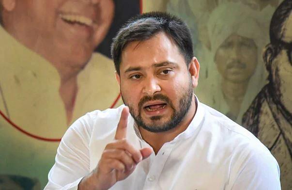 Bihar Election 2020: औरंगाबाद के चुनावी रैली में तेजस्वी यादव पर फेंकी गई चप्पलें, देखें वीडियो
