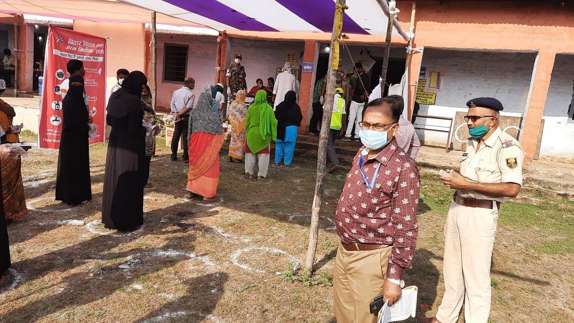 Bihar Election News: पहला वोटर बनने की हसरत रह गई अधूरी, बूथ पर मतदान के पहले खैनी कारोबारी की थमी सांसें