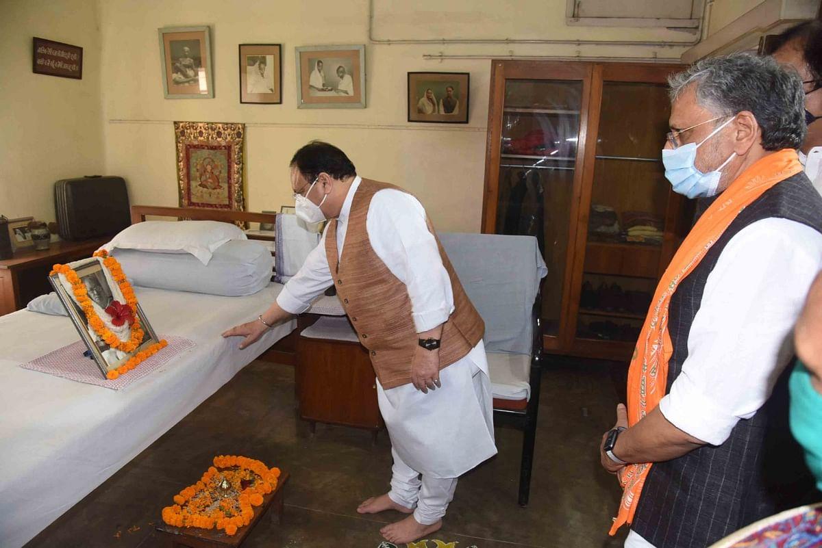 महावीर मंदिर में दर्शन के बाद जेपी नड्डा कदमकुआं स्थित जयप्रकाश नारायण के आवास चरखा समिति में गए.  जयप्रकाश नारायण की मूर्ति पर माल्यर्पण किया.
