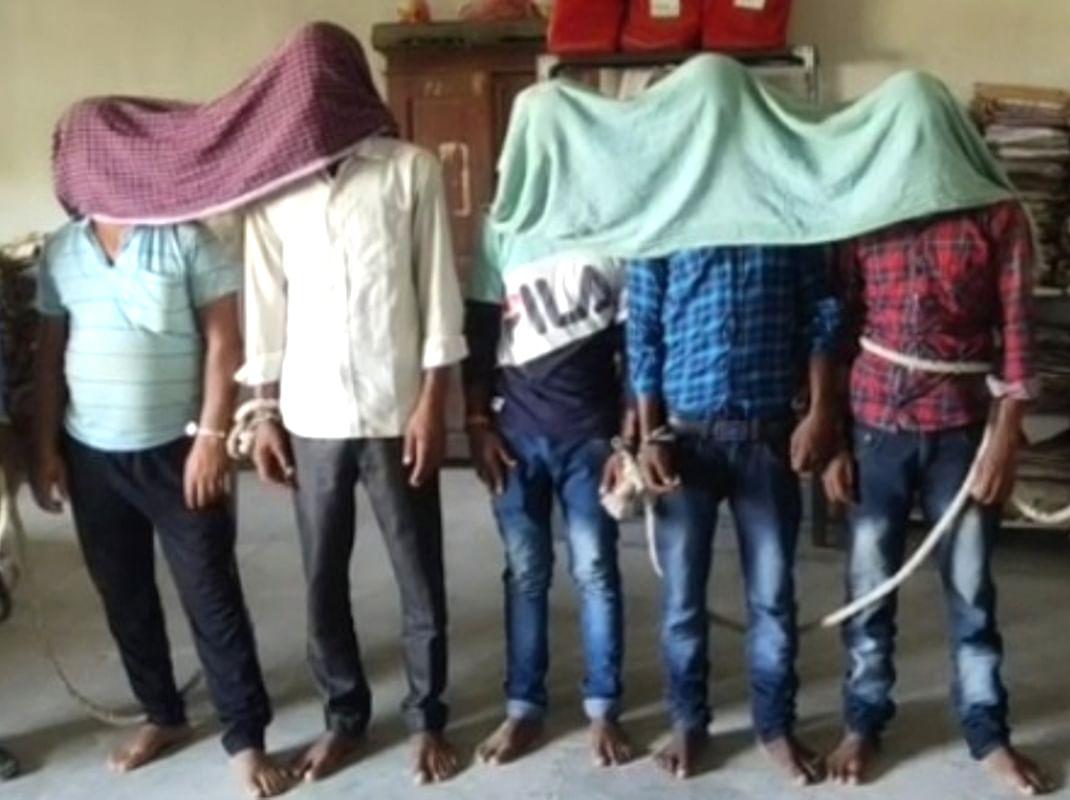 बालू का अवैध कारोबार करने वालों पर चला प्रशासन का डंडा, 6 ट्रैक्टर जब्त कर पांच ड्राइवरों को भेजा जेल