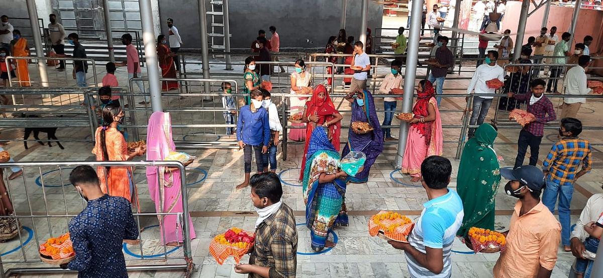 Durga Ashtami 2020: छिन्नमस्तिके मंदिर परिसर में सोशल डिस्टैंसिंग का कराया गया पालन.