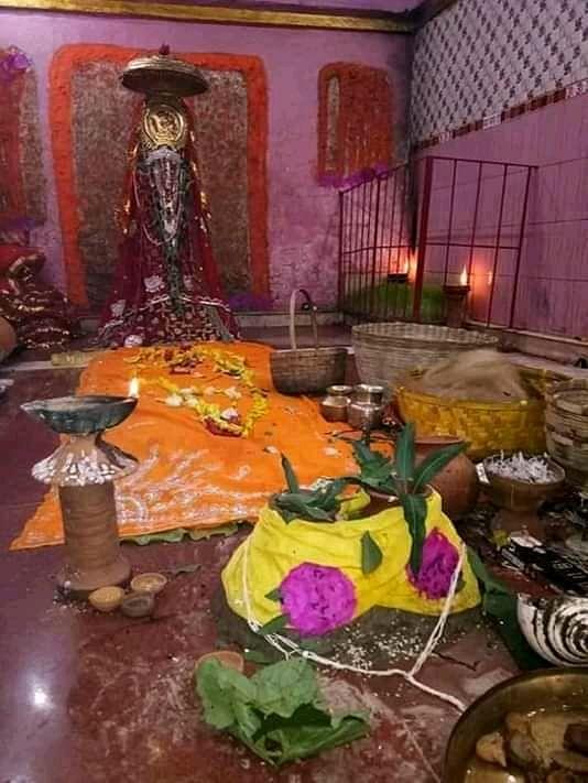 दुर्गा मंदिर में पूजा की सामग्री