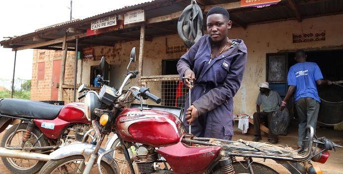 बाइक मैकेनिक हैरियट, युगांडा