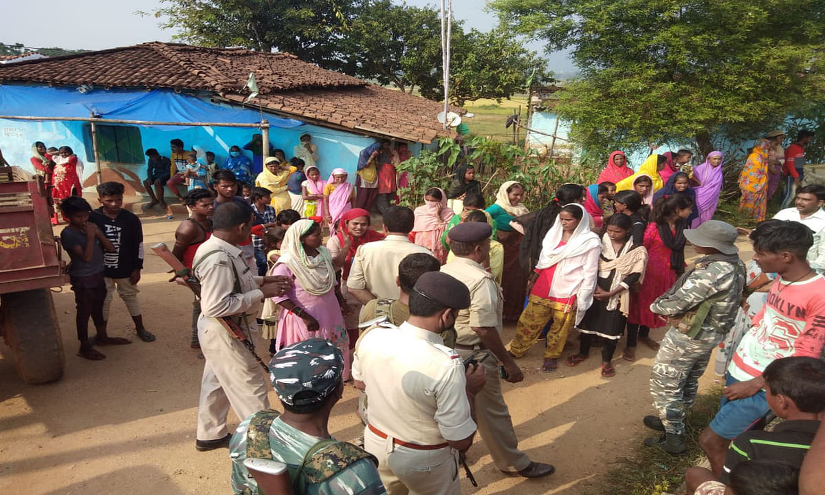 बालू लदे जब्त ट्रैक्टर को नहीं छोड़ने पर उग्र हुई बरगीडाड़ गांव की महिलाएं, सीओ और पुलिस को घंटों बनाया बंधक