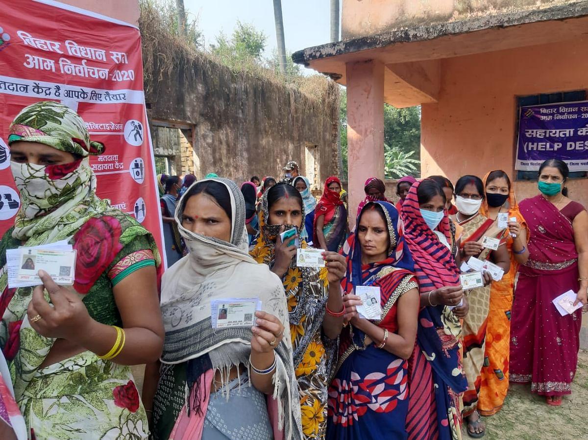 Bihar Election News: बिहार में पहले फेज के वोटिंग में कोरोना नियमों के उल्लंघन पर प्रशासन सख्त, पुलिस ने दर्ज किया मामला
