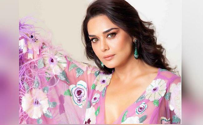 प्रीति जिंटा ने ट्रांसपेरेंट ड्रेस में शेयर की ये ग्लैमरस तसवीर, PHOTO देख फैंस कर रहे ऐसे कमेंट्स