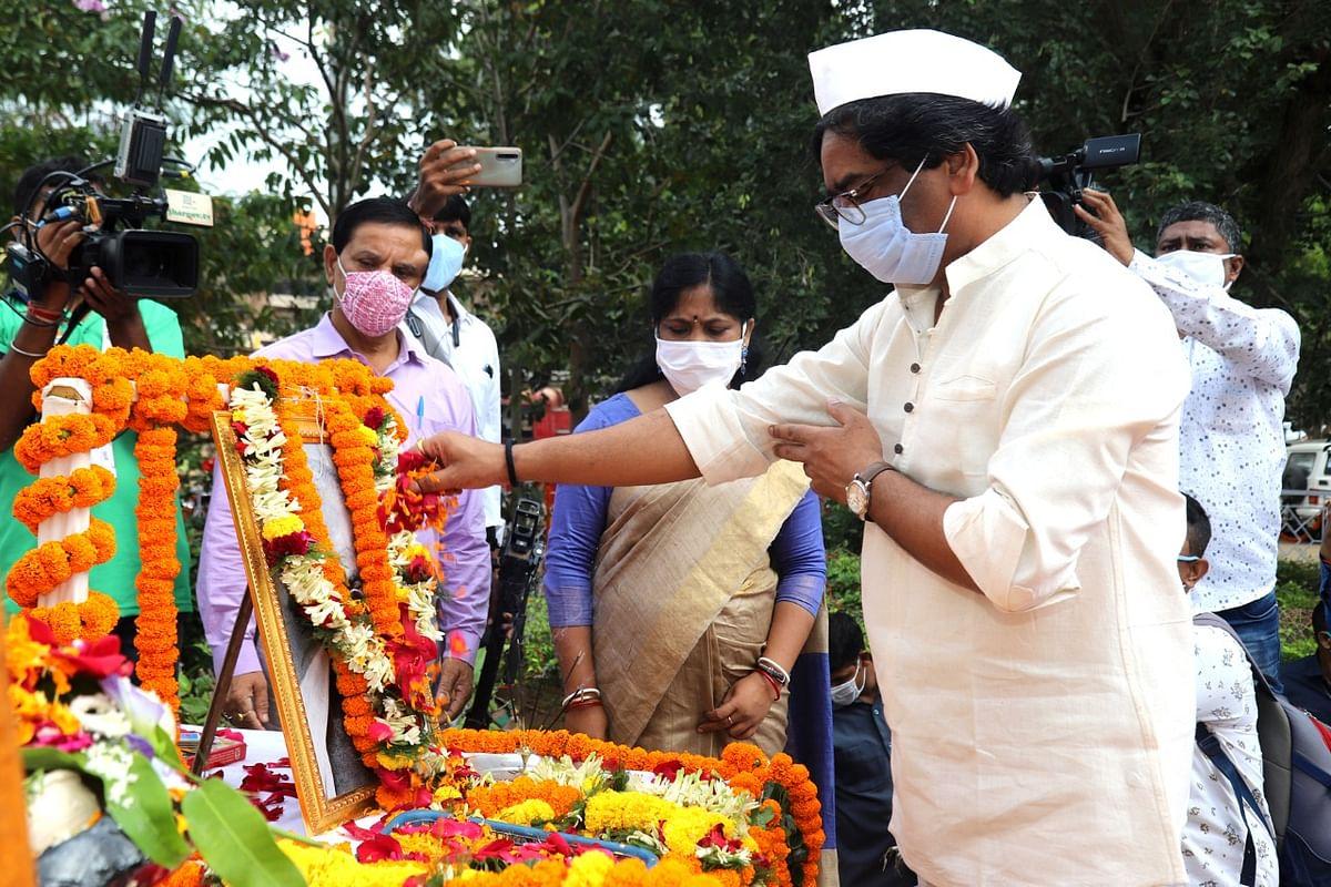 महात्मा गांधी की तस्वीर पर माल्यार्पण करते मुख्यमंत्री हेमंत सोरेन