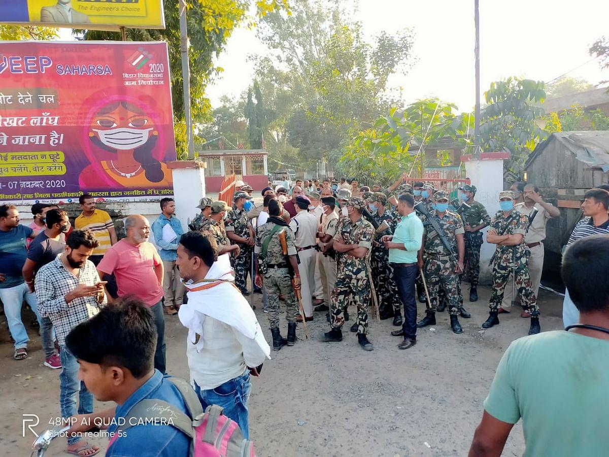 सहरसा में आरएम कॉलेज परिसर में गोली मार युवक की हत्या, थाना गेट पर शव रख लोगों ने किया प्रदर्शन