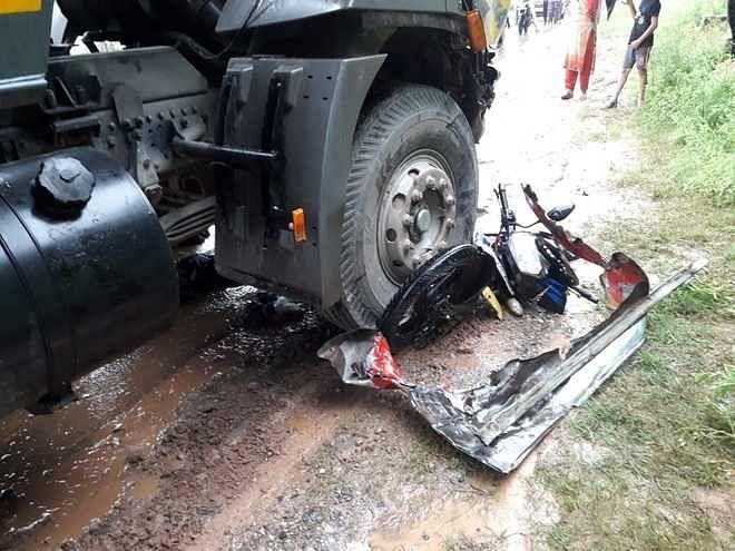 बाइक सवार को कुचल कर भाग रहे ट्रक ड्राइवर को बस ने कुचला, दोनों की मौके पर  मौत