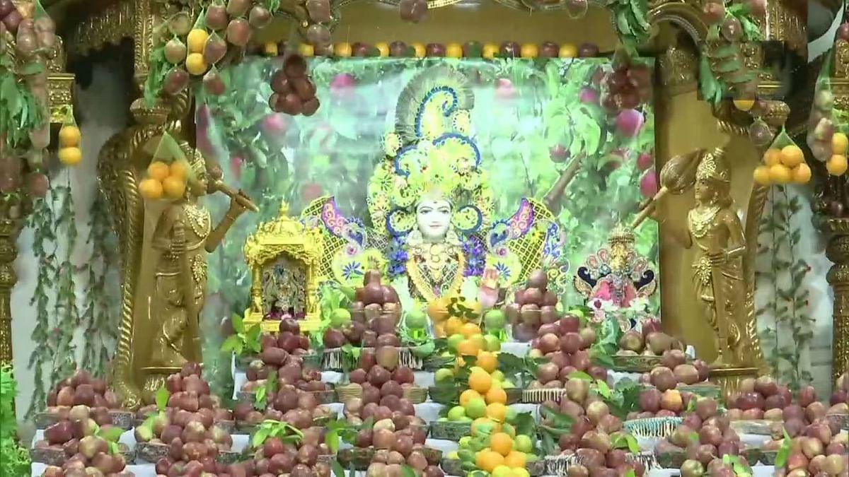 Unlock 5 : मंदिर खुलने के बाद अहमदाबाद के स्वामी नारायण मंदिर में तीन हजार किलो सेब से सजावट, महाराष्ट्र में मंदिर खुलवाने को लेकर भाजपा का प्रदर्शन