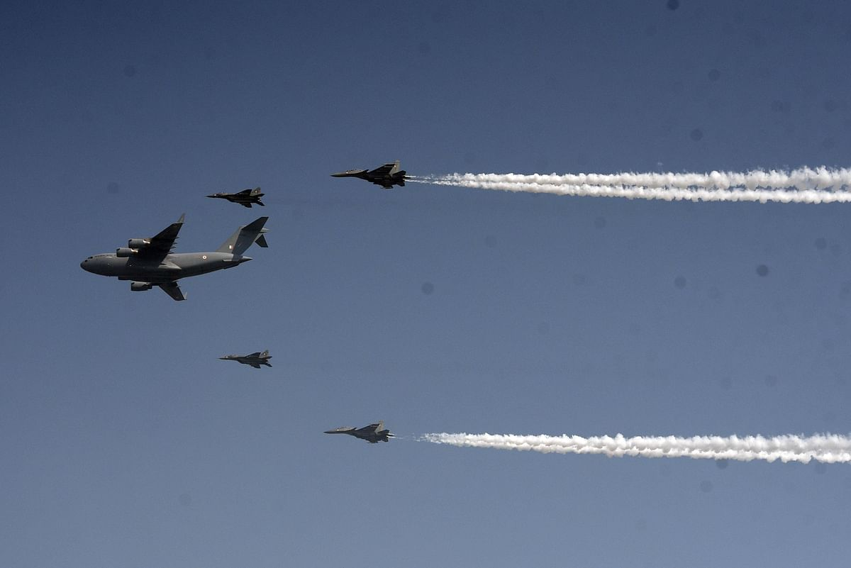 सूर्यकिरण एरोबेटिक्स टीम और सारंग हेलीकाप्टर टीम के सदस्यों ने आकाशीय करतब कर लोगों का मन मोह लिया.