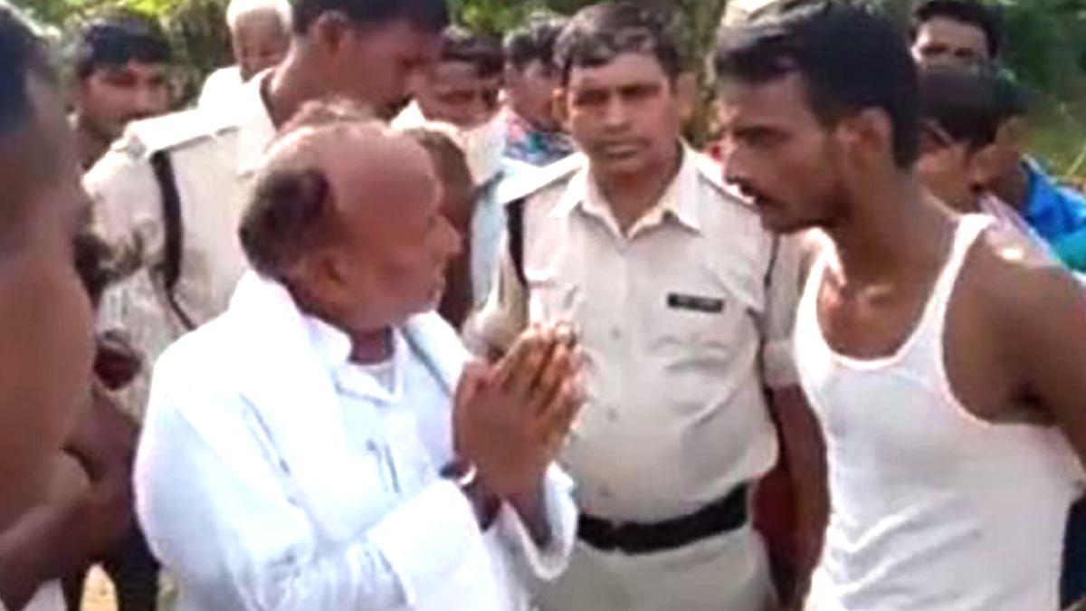 Bihar Election 2020: दूसरी बार JDU के इस विधायक का वीडियो वायरल, भड़के युवा, मांगा काम का हिसाब-किताब, गांव से किया रफा-दफा