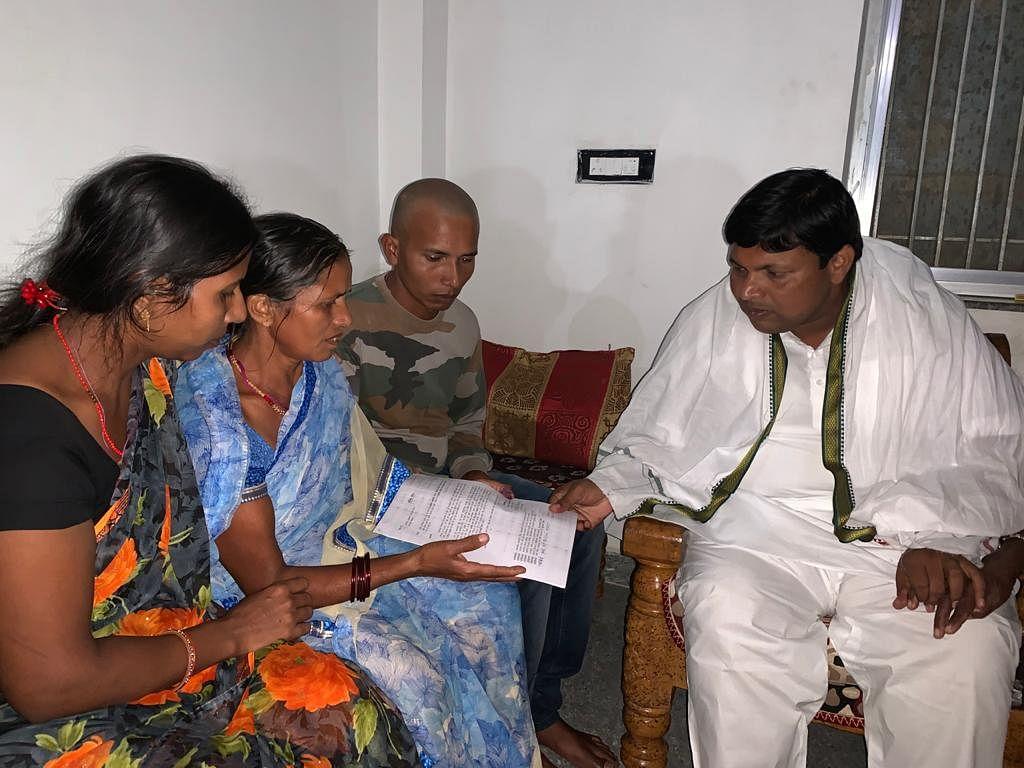 लद्दाख में शहीद अभिषेक कुमार साहू के परिजनों से मिले झारखंड के कृषि मंत्री बादल पत्रलेख, दिया ये आश्वासन