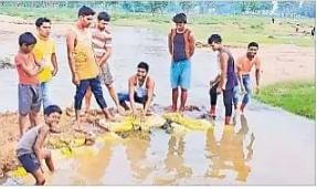 शेरघाटी की चांपी पंचायत के युवाओं ने पेश की मिसाल, आपसी सहयोग से बनाया नदी पर रास्ता