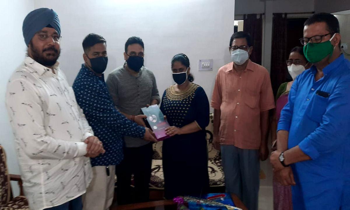 Jharkhand news : मानगो की अन्वेषा बनर्जी को नीट परीक्षा में सफल होने पर पूर्व विधायक कुणाल षाड़ंगी ने सम्मानित किया.