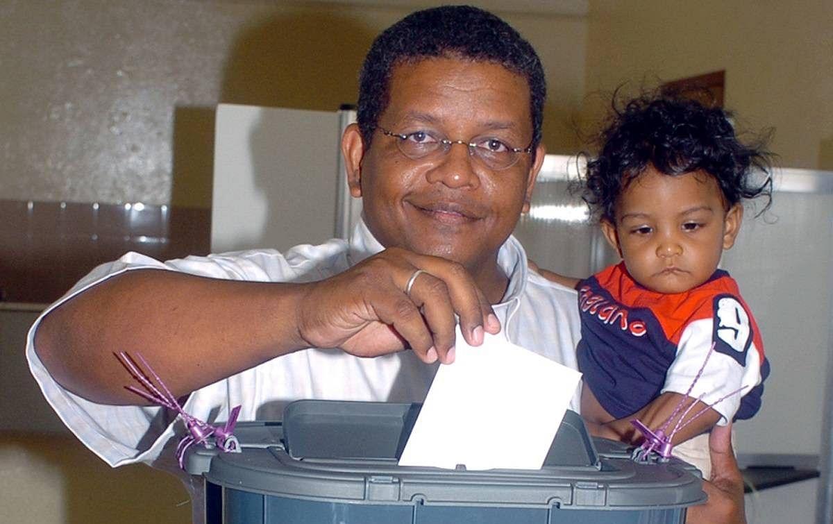 Wavel Ramkalawan: चुनाव के दौरान मतदान करते वैवेल रामकलावन.