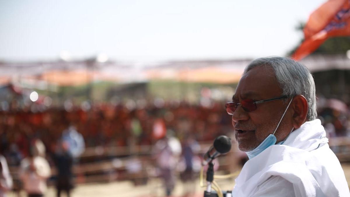 Bihar Chunav 2020, LIVE Update: कार्यकर्ता को धक्का देते तेजस्वी यादव का वीडियो वायरल, जदयू ने कहा- ऐसे करने वाले लोग जनता का सम्मान कैसे करेंगे