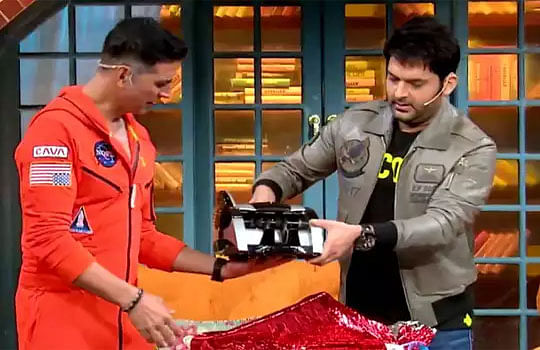 कपिल के शो में Laxmmi Bomb को प्रोमोट करने पहुंचे अक्षय कुमार, कपिल ने सुपरस्टार को गिफ्ट कर दिया कैश काउंटिंग मशीन, मजेदार Video हो रही है Viral