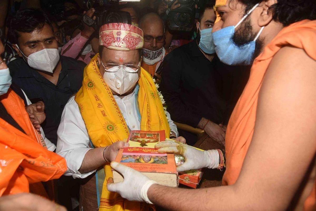 अपने एक दिवसीय दौरे पर पटना पहुंचे जेपी नड्डा पटना एयरपोर्ट से सीधे महावीर मंदिर पहुंचे. उनके साथ पार्टी के कई बड़े नेता और पदाधिकारी भी पहुंचे थे.