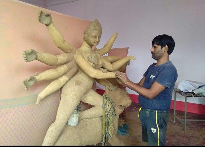 Durga Puja 2020 : कोरोना महामारी के बीच दुर्गा पूजा, स्थानीय मूर्तिकारों को मिल रहा रोजगार