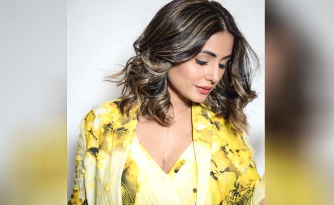 येलो कलर के ड्रेस में बेहद खूबसूरत लग रही हैं नागिन फेम हिना खान, इन तसवीरों से सोशल मीडिया पर मचा रही तहलका