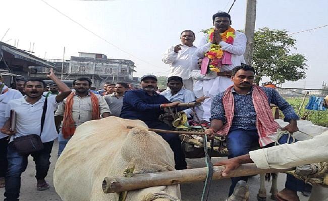 Bihar Election 2020: बिहार चुनाव के दौरान सड़क पर दिखा दिलचस्प दृश्य जब बैलगाड़ी पर चढ़कर नामांकन करने पहुंचे नेताजी