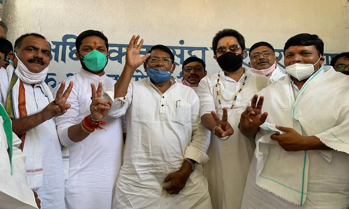 Jharkhand news : नामांकन दाखिल करने से पूर्व कांग्रेस अध्यक्ष सह मंत्री डाॅ रामेश्वर उरांव, मंत्री बादल पत्रलेख समेत अन्य कांग्रेस नेताओं का कुमार जयमंगल ने लिया आशीर्वाद.