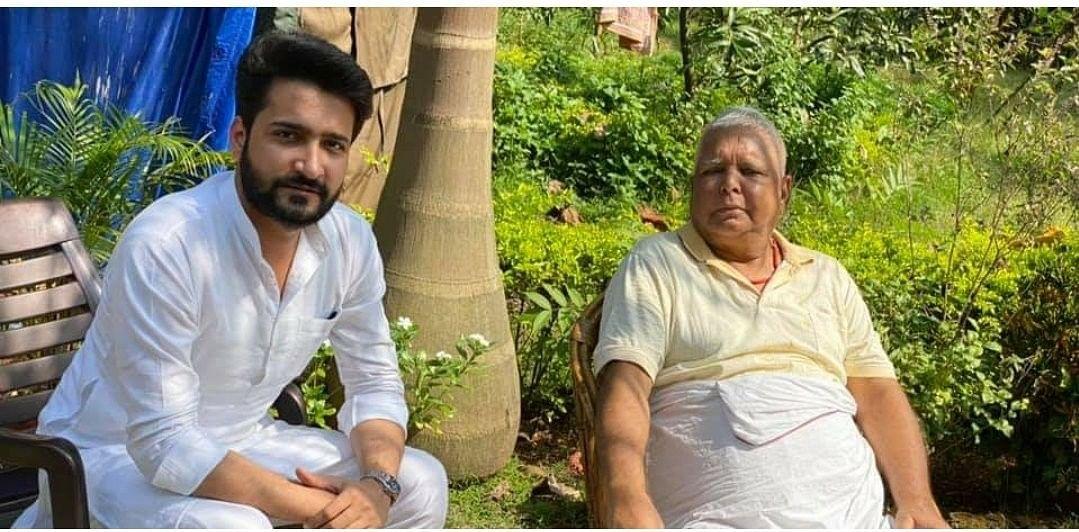 Viral Pics : लालू प्रसाद से बिहार के राजद नेता की मुलाकात की तस्वीर वायरल, बीजेपी ने सरकार को घेरा, किसके आदेश पर  मिली मिलने की अनुमति ?